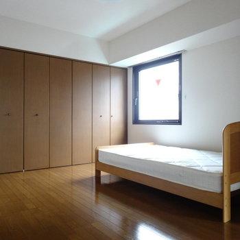 洋室は約7帖と広々。大きなベッドも置けちゃいます。※写真は別室です