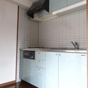 キッチンは奥にひっそりと。※写真は別室です