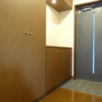 玄関にもたっぷりの収納がありますよ。※写真は別室です