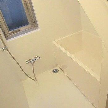 お風呂には窓が。うれしい。※一部反転同間取り別部屋の写真です