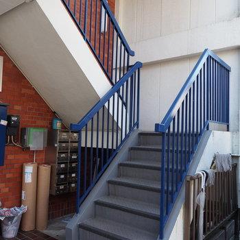 3階までは階段です