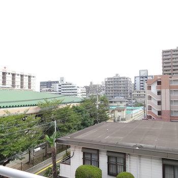 高い建物がないので気持ちがいい眺望です。(※写真は同じ4階の別のお部屋からの眺望です)