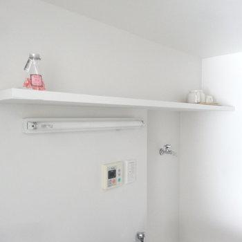 上の棚には何を置こう。ステキな器や緑もいいな。(写真は同じ間取りの4階のお部屋のものです)