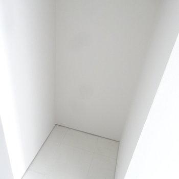 冷蔵庫置場はキッチンの背面に。(写真は同じ間取りの4階のお部屋のものです)