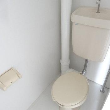 トイレは個室空間です。(写真は同じ間取りの4階のお部屋のものです)