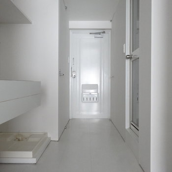 シンプルな白の空間。すぅっと伸びていて潔い。(写真は同じ間取りの4階のお部屋のものです)