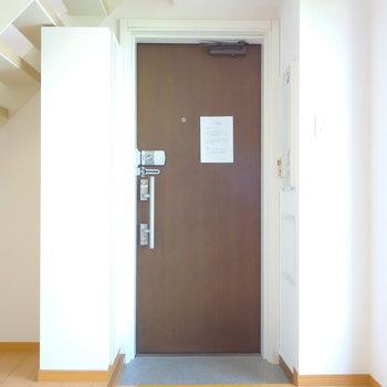 玄関はDKから直接。