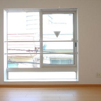 まずはメゾネット下階部から。おっきな窓。