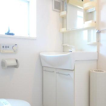 脱衣所に独立洗面台。窓もあって快適に身支度。
