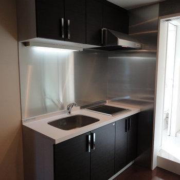 キッチンも部屋のデザインに合わせてありかっこいです。※写真は4階別部屋同間取り。