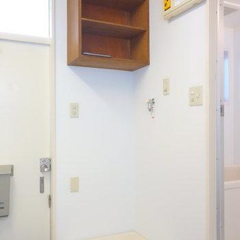 洗濯機置場は室内に。上部に棚あります。