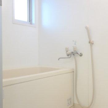 DKから直接お風呂。ここにも窓あるのが快適そうだなぁ