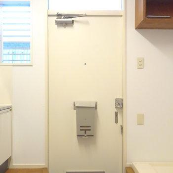 そのお隣に玄関です。洗濯機の上の棚は靴箱にしちゃってもいい。