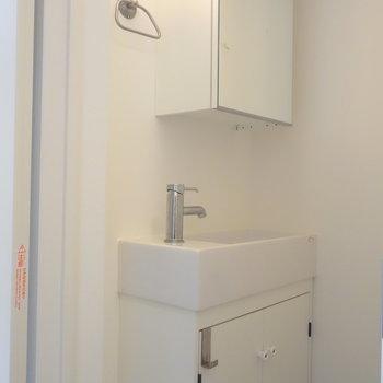 トイレの中に独立洗面台あります。