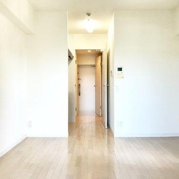 扉を開けるとキッチン、そしてリビングです。モニター付きドアホンで防犯対策もばっちり。(※写真は8階の反転間取り清掃前のお部屋のものです)