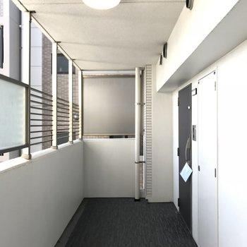 外廊下ですが清潔に。今回のお部屋は一番奥の角部屋!