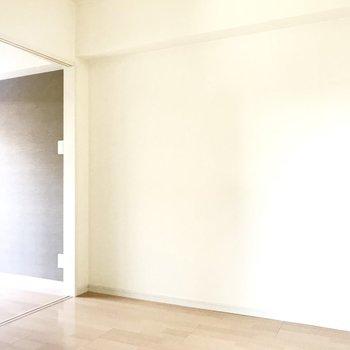 奥のお部屋は壁の色がグレーっぽく。シンプルだからどんなレイアウトにもできそう。(※写真は8階の反転間取り清掃前のお部屋のものです)