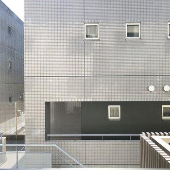 お隣の建物があるけれど、日当たりには支障をきたしませんよ!※写真は3階の反転間取り別部屋のものです。