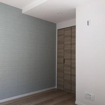 爽やかブルーのアクセントクロス◎※写真は3階の反転間取り別部屋のものです。