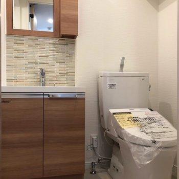 洗面台が濃いブラウンでステキ〜!※写真は3階の反転間取り別部屋のものです。