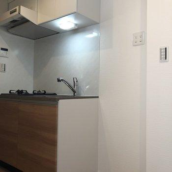 しっかり冷蔵庫を置くスペースもありますよ。※写真は3階の反転間取り別部屋のものです。
