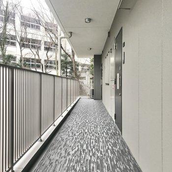 明るい共用廊下。