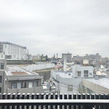 眺望は街並み。空がよく見えます。
