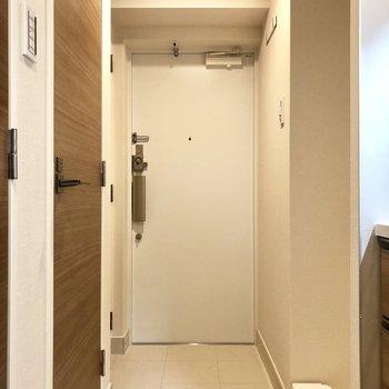 玄関はこのくらいあれば充分ですね。洗濯機置き場が近くにあります。※写真はモデルルームとなります