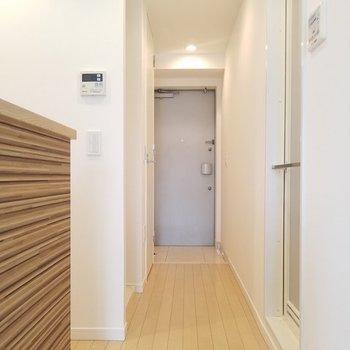 廊下へと進みます。※写真は9階の同間取り別部屋です。