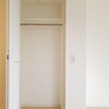 奥行きのある収納。※写真は9階の同間取り別部屋です。
