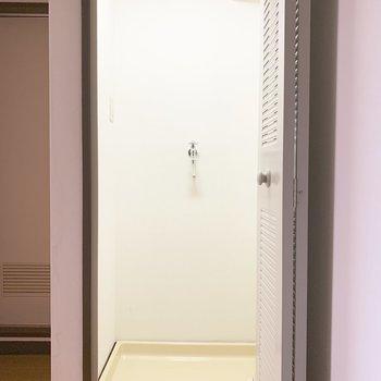 洗濯機を隠せる扉がついています。