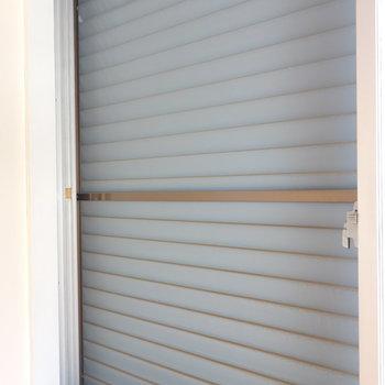 窓にはいずれもシャッターついてますよ。  ※写真は前回募集時のものです