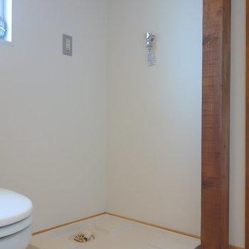 お隣に洗濯機置場です。脱衣所に窓がありますよ。  ※写真は前回募集時のものです
