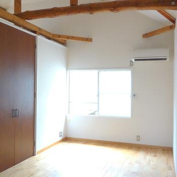 天井高い!収納は真ん中に。  ※写真は前回募集時のものです