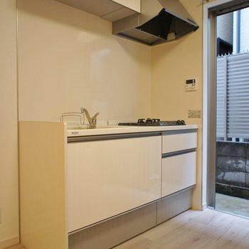 キッチンも統一感のあるホワイトで。※写真は同タイプの別室