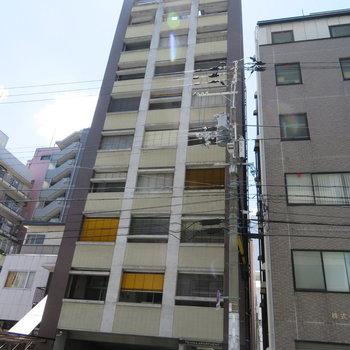 シュッと高く建っているマンション