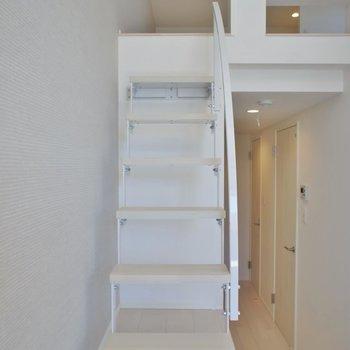 可愛らしい階段をのぼってロフトへ