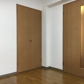 お次は5帖洋室。こじんまりとしたお部屋です