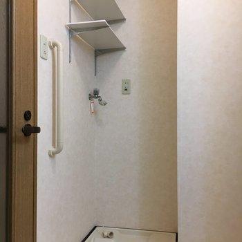 洗濯機置場には便利な小棚つき