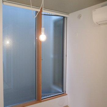 可愛い電球でお部屋を照らします。窓の向こうは※写真は前回募集時のものです