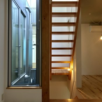 3階への階段と通気窓※写真は前回募集時のものです