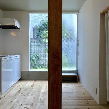 反対側からお部屋を。キッチンは大きめ。※写真は前回募集時のものです