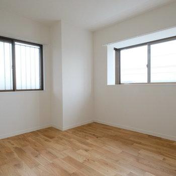 5帖の寝室も2面採光で明るく◎