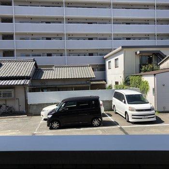 そして外は駐車場ビュー。