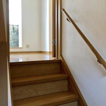 玄関を入ると階段がお出迎え。上ってリビングへ。