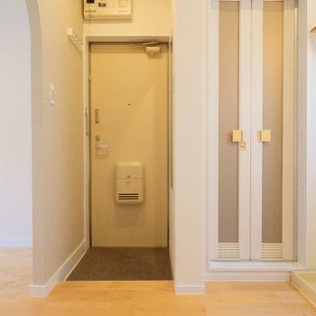 玄関ドアの右手には全身鏡が。お出かけ前の身だしなみチェックが手軽にできますね!