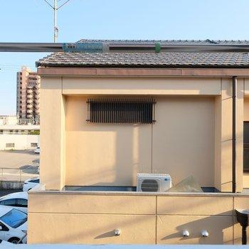 目の前はお隣の建物ですが、閉塞感はありません!日差しもよく入るので、洗濯物もしっかり乾きそう!