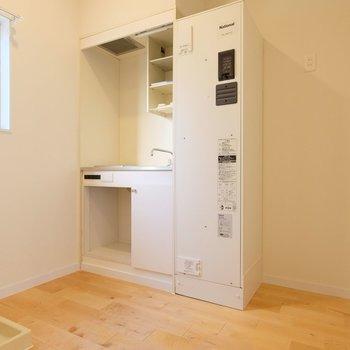 コンパクトなミニキッチンですが、冷蔵庫を置けるようにしました。