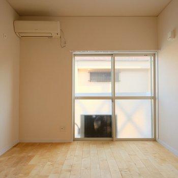 居室は約6帖の広さですが、長方形の間取りなので意外と家具の配置が簡単なんです!
