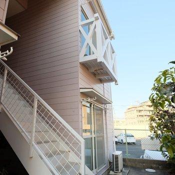 お部屋は2階。洋風の階段を上がって、早くお部屋へ帰りましょう!